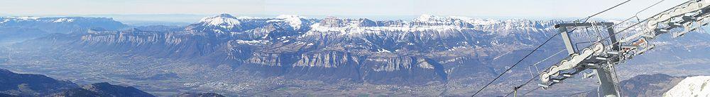 Panoramique de la vallée du Grésivaudan pris depuis le sommet de la station des Sept-Laux. À gauche l'agglomération grenobloise, au centre Le Touvet, à droite la Savoie.