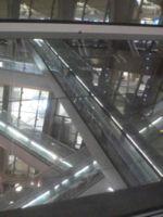 Enchevêtrement de tapis roulants disposés au centre du bâtiment