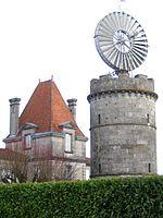 Eolienne de relevage d'eau du XIXe siècle sur son château d'eau. Charente-Maritime.