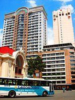 L'opéra et des hôtels en plein centre-ville
