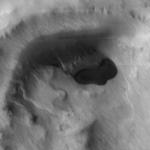 Cliché d'une formation ressemblant à un lac pris par l'instrument THEMIS de la sonde Mars Odyssey le 14novembre2003.