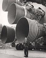 Les moteurs F-1 du premier étage S-IC dominent leur créateur, Wernher von Braun.