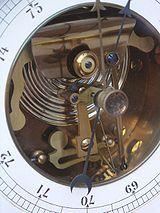 Baromètre anéroïde, début XXe s., on voit la capsule de Vidie et les leviers amplificateurs