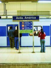 Sous l'Avenida de América se croisent 4 lignes (ici la ligne 6)