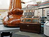 La production de 100 000 litres d'éthanol par fermentation alcoolique de sucres s'accompagne de la production de 30 000 litres de CO2. Ce CO2 peut être utilisé pour doper la croissance des microalgues (photo: distillerie de Whisky)