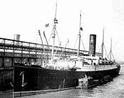 Le RMS Carpathia arrivant à Pier 54 à New York avec les rescapés.
