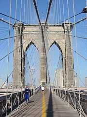 Le pont de Brooklyn, New York, construit en 1867-1883