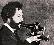 Alexander Graham Bell parlant au téléphone en 1876.