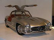 Photographie d'une Mercedes 300SL modèle emblématique des années 1950 1960