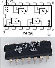 Circuit intégré 7400 contenant 4 portes NON-ET (NAND). Les deux autres broches servent à l'alimentation 0V / 5V.