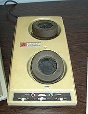 Modem acoustique (le combin� du t�l�phone devait �tre pos� sur les supports).
