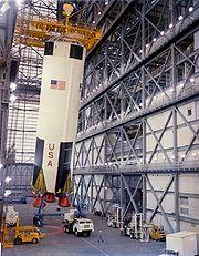 Le premier étage d'Apollo 8 de Saturn V soulevé dans le Bâtiment d'Assemblage Vertical (VAB) le 1er février 1968