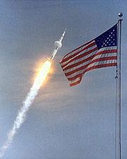 Un nuage de condensation se forme derrière Saturn V pendant la traversée des couches basses et denses de l'atmosphère, mission Apollo 11.