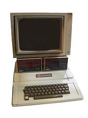 Un Apple II avec son écran et deux lecteurs de disquettes