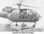 Des parachutistes portugais sautent d'un Alouette III dans un assaut pendant la guerre de Angola, environ 1963