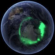 Aurore australe vue de l'espace (obtenue par surimpression d'une photo de la terre)