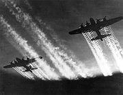 Des B-17 volant en formation de nuit au dessus de l'Europe