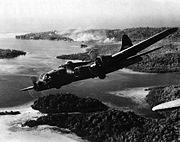 Un B-17 bombardant les positions japonaises dans les Iles Salomon