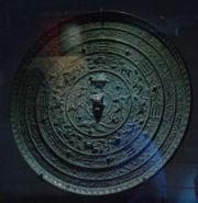 Symboles célestes chinois sur un miroir en bronze antique.