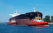 Superpétrolier arrivant à vide au port de Gdansk
