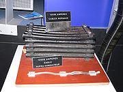 Câbles d'alimentation des expériences du CERN: en haut, les câbles du LEP; en bas, les câbles du LHC, supraconducteurs (même puissance).