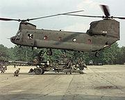 Un CH-47 Chinook à double mat, et double rotor contra-rotatif.