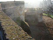 Chemin de ronde du château de Caen: la barbacane se trouve au second plan à droite de la photo