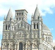 Façade de la cathédrale d'Angoulême. Le décor sculpté prend de l'importance au XIe siècle