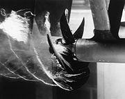 Cavitation créée expérimentalement par une hélice dans un tunnel d'eau.