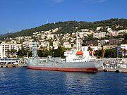 Un cargo-citerne à ciment en cours de chargement dans le port de Nice