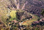Navacelles (commune de Saint-Maurice-Navacelles et commune de Blandas) au fond du cirque de Navacelles