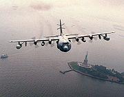 Un EC-130E Commando Solo au-dessus de la statue de la Liberté