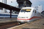 ICE 1 en gare de Francfort en 1992. Notez la forme rectangulaire de la motrice et du pare-brise, et la bande colorée initialement en rouge oriental  et violet pastel