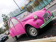 Une 2CV, la couleur rose n'est pas d'origine.