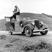 La photographe Dorothea Lange sur le toit d'une Ford Model B, en 1936