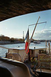 La tour Eiffel vue depuis un bateau-mouche naviguant sur la Seine