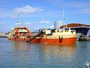 drague en action dans le port de Port-la-Nouvelle