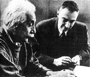 Albert Einstein et Robert Oppenheimer.