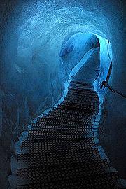Grotte taillée dans le glacier Feegletscher en Suisse