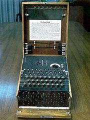 Enigma, une machine de chiffrement �lectrom�canique � cylindres; la version ci-dessus est probablement militaire, mais est similaire � la version commerciale Enigma-D