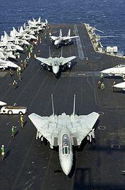 F-14 et F/A-18 sur le pont d'un des porte-avions de l'US Navy en 2001. Celle-ci possède, sans conteste, la plus puissante aéronautique navale du monde depuis la fin des Campagnes du Pacifique