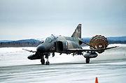 Un F-4 Phantom II utilisant son parachute de freinage