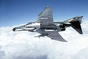 Un F-4G Phantom II Wild Weasel armé d'un missile anti-radar et d'un pod de contre-mesures électroniques