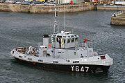 Le Four maneuvrant dans le port de Brest