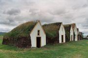 Vue de face d'une ferme en tourbe islandaise