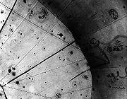 Photographie d'une chambre à bulle. Des trajectoires, on peut trouver les particules ayant interagi: ici, la première
