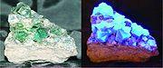 Fluorine sous un rayon de lumière blanche (à gauche) et ultra-violette (à droite)