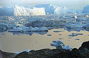 Grands icebergs (jusqu'à 180 m de haut) dérivant vers la mer depuis Isfjord, baie de Disko, à l'ouest du Groenland