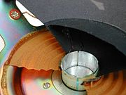La coupe dans le moteur du haut parleur: bobine et suspension.