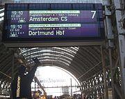 Affichage (ICE International) au départ de Francfort, avec ses destinations en antenne (cf photo plus haut, de rames NS-DB atelées). Les 2 bandes bleu-vert en haut indiquent la séparation à Duisburg